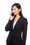 Charla de la empresaria sobre el teléfono móvil Fotografía de archivo libre de regalías