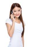 Charla de la muchacha sobre el teléfono móvil Imagen de archivo libre de regalías