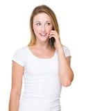 Charla de la mujer al teléfono imágenes de archivo libres de regalías