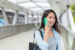 Charla de la mujer al teléfono móvil imagen de archivo