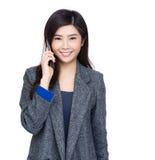 Charla de la mujer de Asia al móvil imagenes de archivo