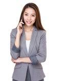 Charla de la mujer de negocios al teléfono móvil imagenes de archivo