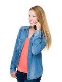Charla de la mujer en el teléfono móvil Fotografía de archivo