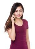 Charla de la mujer joven en el teléfono móvil Fotografía de archivo
