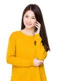 Charla de la mujer joven en el teléfono móvil Imagenes de archivo