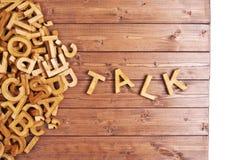 Charla de la palabra hecha con las letras de madera Foto de archivo libre de regalías