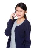 Charla de la señora joven en el teléfono móvil Foto de archivo libre de regalías