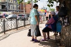 Charla de tres mujeres en una esquina de calle rusa Fotografía de archivo libre de regalías