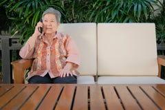 charla de una más vieja mujer sobre el teléfono móvil discurso mayor mayor en sma fotos de archivo libres de regalías