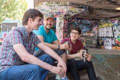 Charla del café de tres individuos Fotos de archivo libres de regalías