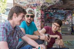 Charla del café de tres individuos Fotografía de archivo