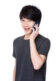 Charla del hombre joven en el teléfono móvil Fotos de archivo
