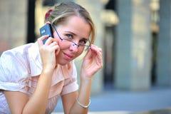 Charla del teléfono celular del asunto - retrato de la mujer imágenes de archivo libres de regalías