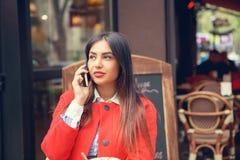 Charla del teléfono Ciérrese encima del retrato de una mujer de negocios americana que habla con el teléfono móvil imágenes de archivo libres de regalías