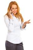 Charla ejecutiva de la mujer por el móvil del teléfono Imagenes de archivo