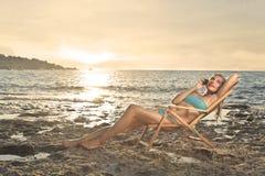 Charla en el teléfono en la playa Imagen de archivo libre de regalías