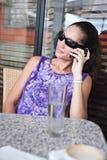 Charla en el teléfono Imagenes de archivo