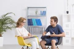 Charla femenina del terapeuta con el adolescente Fotografía de archivo