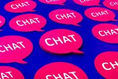 Charla, iconos de la burbuja del discurso en fondo azul del color El hablar y mensaje para los conceptos sociales de los medios fotos de archivo libres de regalías