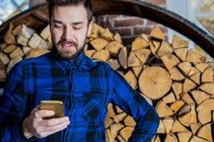 Charla masculina alegre en Internet en el teléfono de célula Hombre elegante usando el teléfono móvil imagen de archivo