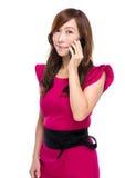 Charla mayor de la empresaria al teléfono móvil imágenes de archivo libres de regalías