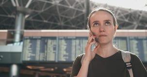Charla sobre el teléfono en el aeropuerto almacen de metraje de vídeo