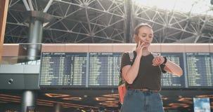Charla sobre el tel?fono en el aeropuerto almacen de metraje de vídeo
