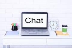 charla Texto en monitor Lugar de trabajo moderno con el ordenador, la taza de café y el reloj Mofa ascendente y espacio de la cop Foto de archivo
