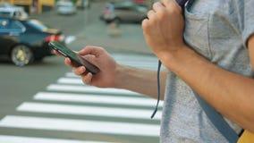 Charla turística joven en su cierre del teléfono para arriba almacen de metraje de vídeo
