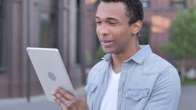 Charla video al aire libre en la tableta del hombre africano almacen de metraje de vídeo
