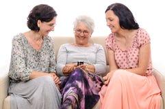 Charla video de la persona mayor en el teléfono móvil Foto de archivo libre de regalías
