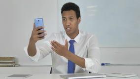 Charla video en línea de Discussing Project During del hombre de negocios afroamericano metrajes