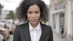 Charla video en línea de la empresaria africana Standing Outdoor, blogueando almacen de video