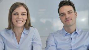 Charla video en línea de los colegas jovenes del negocio almacen de video