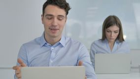 Charla video en línea del hombre de negocios en el trabajo almacen de video
