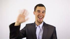 Charla video en línea del hombre feliz en fondo gris almacen de video