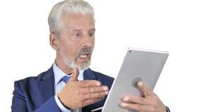 Charla video en línea en la tableta del viejo hombre de negocios, fondo blanco almacen de video