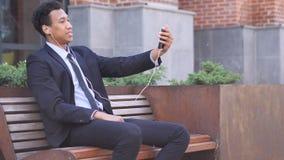 Charla video en línea en Smartphone del diseñador almacen de metraje de vídeo
