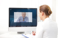 Charla video en oficina foto de archivo