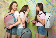 Charla y chisme de las muchachas en la pared Imagen de archivo