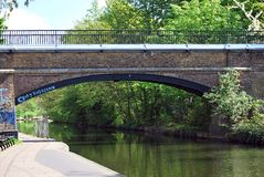 Charlbert街桥梁,董事的运河在摄政公园,伦敦 库存照片