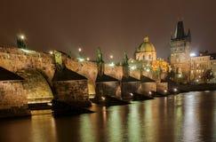 Charle Bridge Prague la nuit Images libres de droits