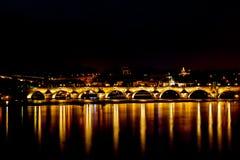 Charle most w Praga przy nocą fotografia royalty free