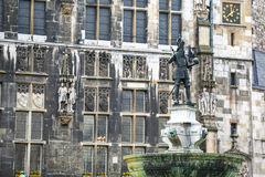 Charlemagne Statue in Akwizgran-stadscentrum stock foto
