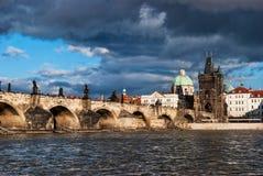 Charles överbryggar över floden i gammal town av Praha Arkivbild
