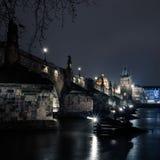 Charles överbryggar i Prague med lyktor Arkivfoto