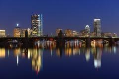 Ποταμός της Βοστώνης Charles και πίσω ορίζοντας κόλπων τη νύχτα Στοκ Εικόνες