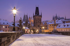 Charles-Brücke mit Prag-Schloss stockfotografie