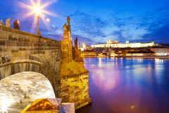 Charles-Brücke, Moldau-Fluss, wenig Stadt, Prag-Schloss, Prag Stockfoto