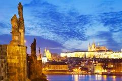 Charles-Brücke, Moldau-Fluss, wenig Stadt, Prag-Schloss, Prag Stockbild